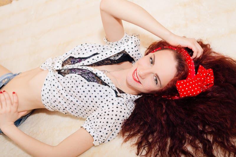 De schitterende glimlachende gelukkige blije vrouw van het pinuproodharige stock afbeeldingen