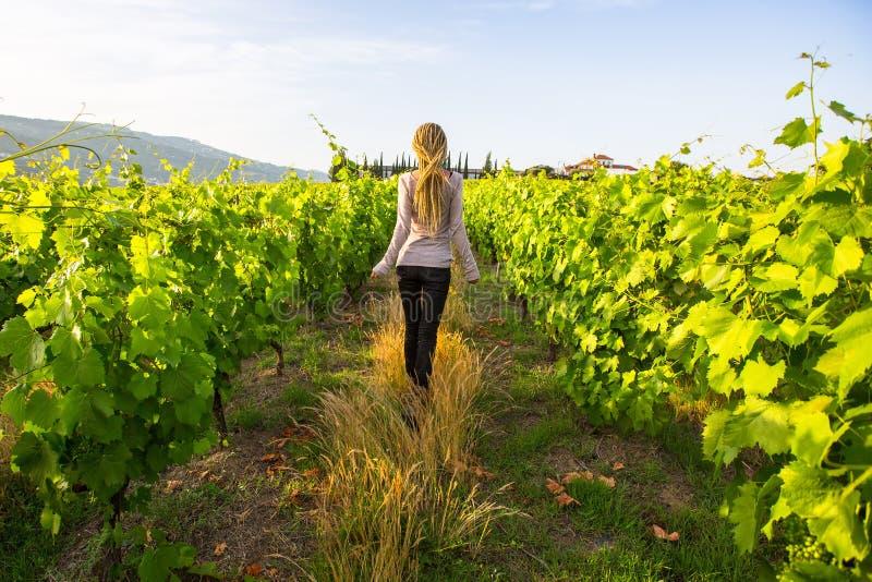 De schitterende jongelui met blonde dreadlocks hebt pret in de wijngaarden royalty-vrije stock afbeeldingen