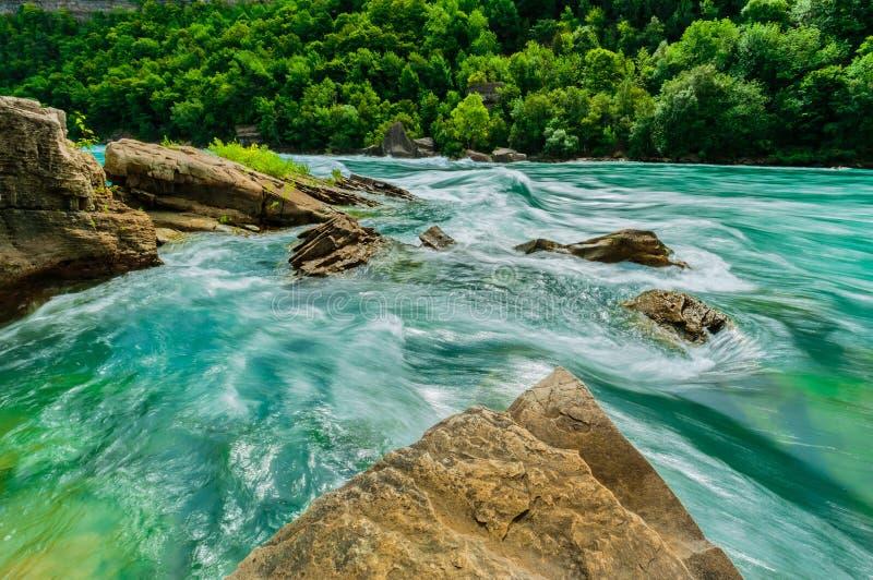 De schitterende natuurlijke landschapsmening van Niagara valt meeslepende rivier met grote rotsen, stenenachtergrond royalty-vrije stock afbeelding