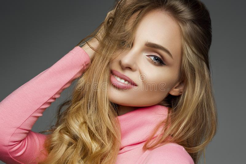 De schitterende sensualiteit die van de blondevrouw bij camera glimlachen stock foto's