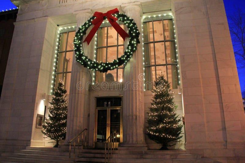 De schitterende vakantiedecoratie op voorzijde van Adirondack-Vertrouwensbank, Saratoga Van de binnenstad springt, New York, 2014 royalty-vrije stock fotografie