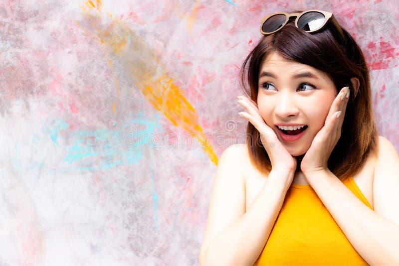 De schitterende vrouw bekijkt exemplaarruimte Het charmeren mooie woma stock fotografie
