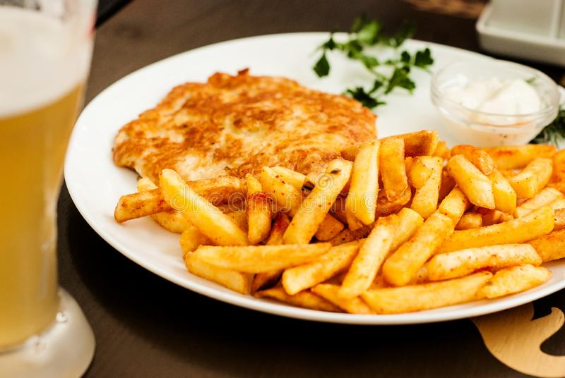 De schnitzel en de Frieten van Wenen Traditionele Oostenrijkse schotel royalty-vrije stock foto's