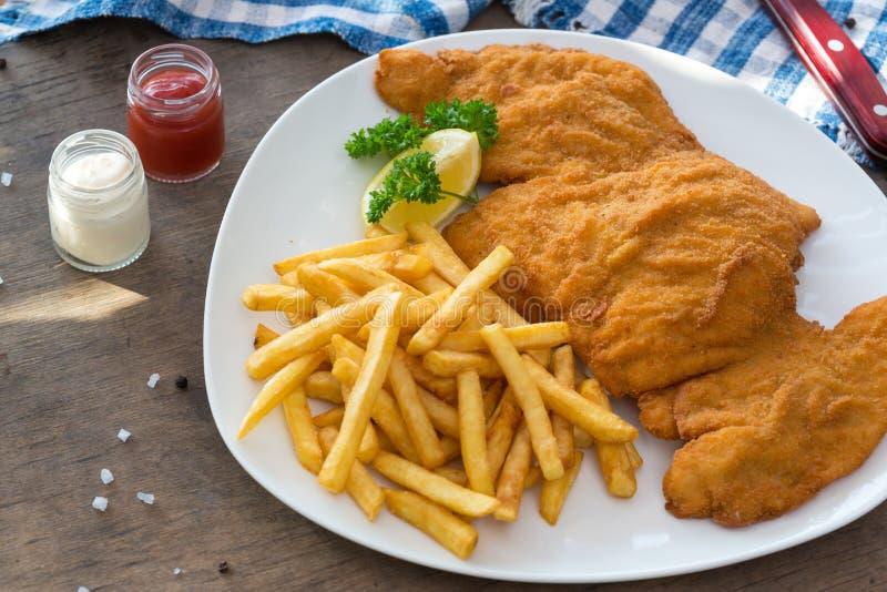 De schnitzel van de kip Gepaneerde de gebraden gerechtenaardappels en sausen van de kippenschnitzel stock foto