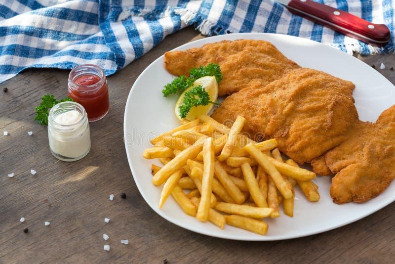De schnitzel van de kip Gepaneerde de gebraden gerechtenaardappels en sausen van de kippenschnitzel royalty-vrije stock afbeelding