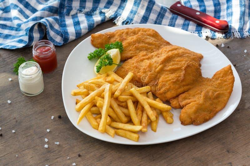 De schnitzel van de kip Gepaneerde de gebraden gerechtenaardappels en sausen van de kippenschnitzel royalty-vrije stock foto's