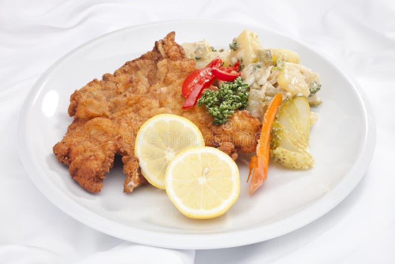 De schnitzel van Wenen met groenten stock fotografie