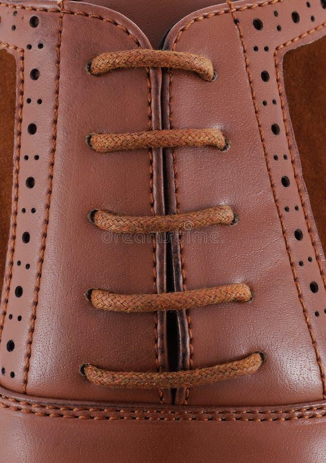 De schoen van bruine leermensen met bruin kantclose-up stock foto's
