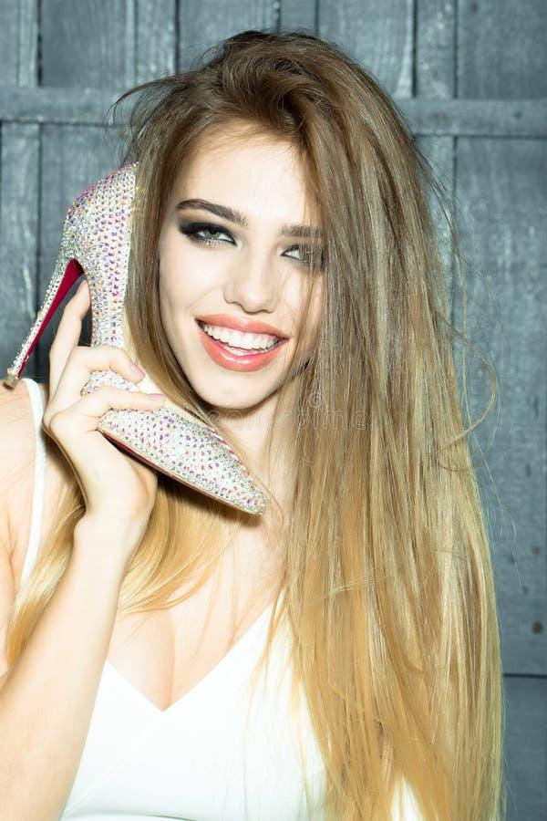 De schoen van de vrouwenholding stock afbeeldingen