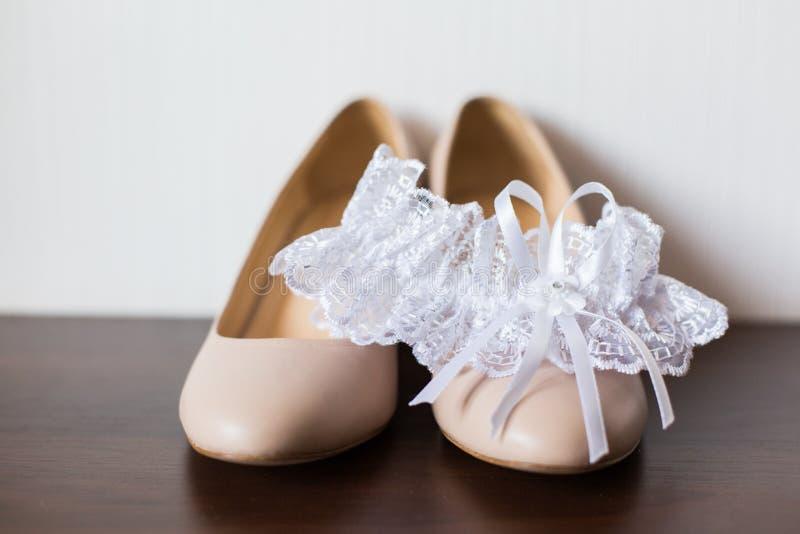 De schoenen en de kouseband van het bruid` s huwelijk stock afbeeldingen