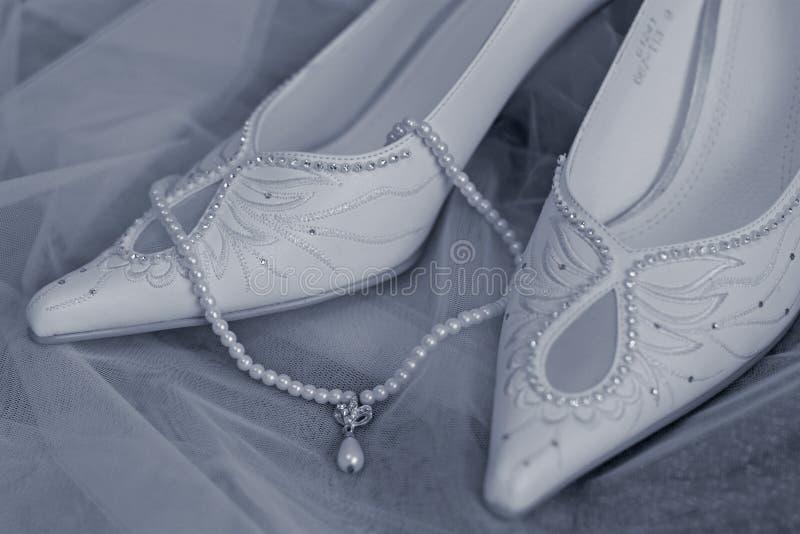 De schoenen en de parels van het huwelijk royalty-vrije stock foto's