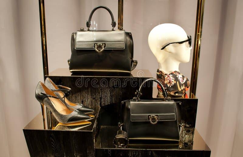 De Schoenen en de zakken van Ferragamovrouwen stock fotografie