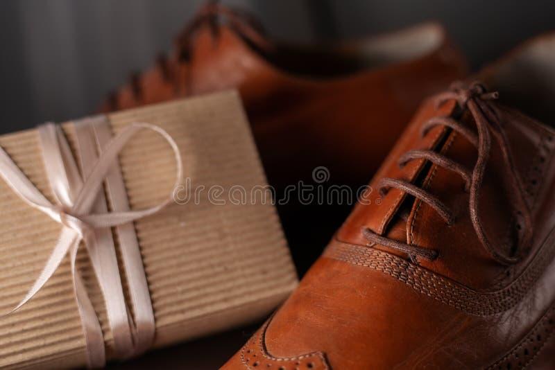 De schoenen en de gift van mensen royalty-vrije stock foto's