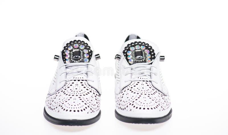 De schoenen maakten uit wit leer op witte geïsoleerde achtergrond, Schoeisel voor vrouwen op vlak enig met perforatie en stock afbeeldingen