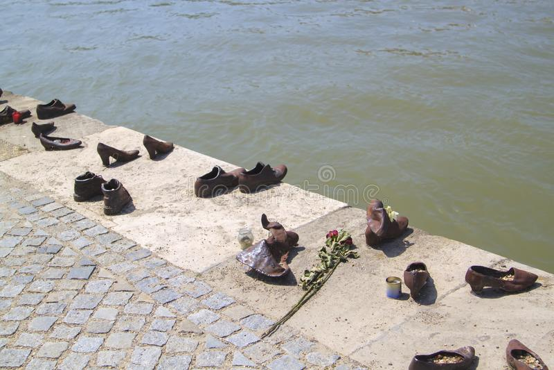 De Schoenen op de Bank van Donau is een gedenkteken in Boedapest, Hongarije royalty-vrije stock afbeelding