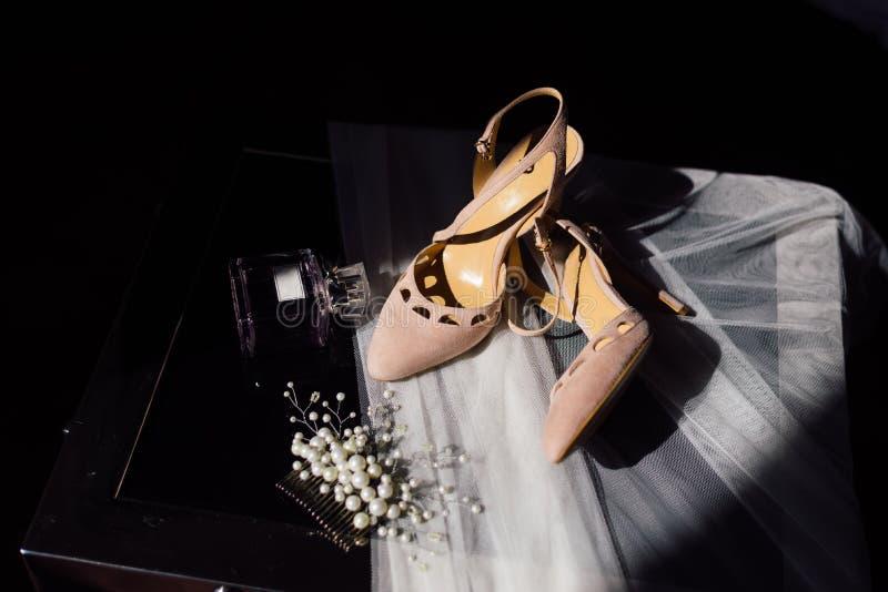 De schoenen, ringen, parfum, sluier dit alles is op een stoel royalty-vrije stock afbeelding