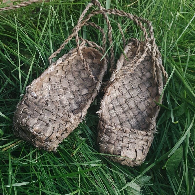De schoenen van de bast Geïsoleerdel voorwerpen op witte achtergrond stock afbeeldingen