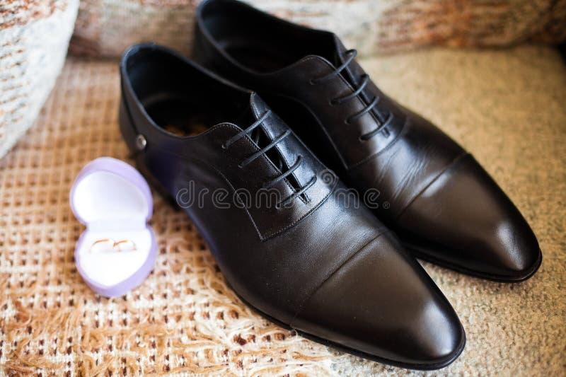 De schoenen van bruidegoms stock foto