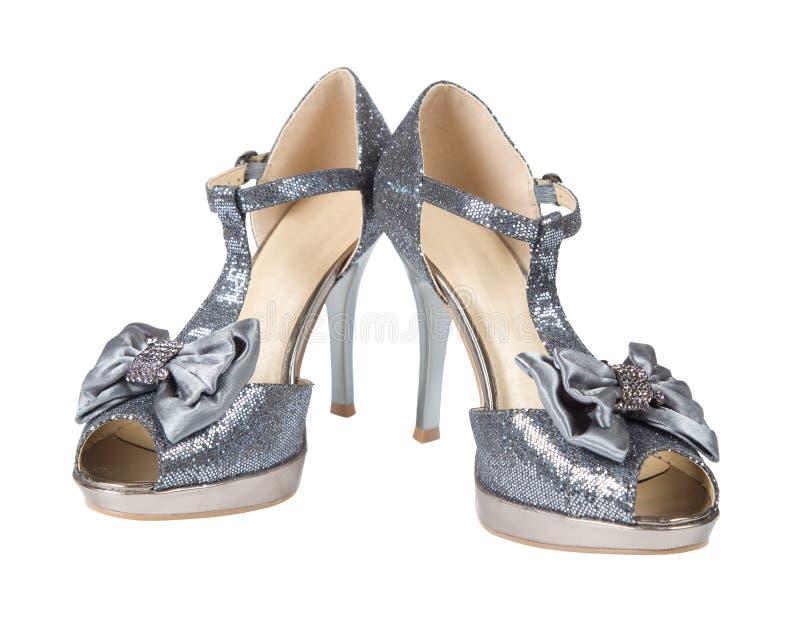 De schoenen van de avond verzilveren hoge hielen royalty-vrije stock fotografie