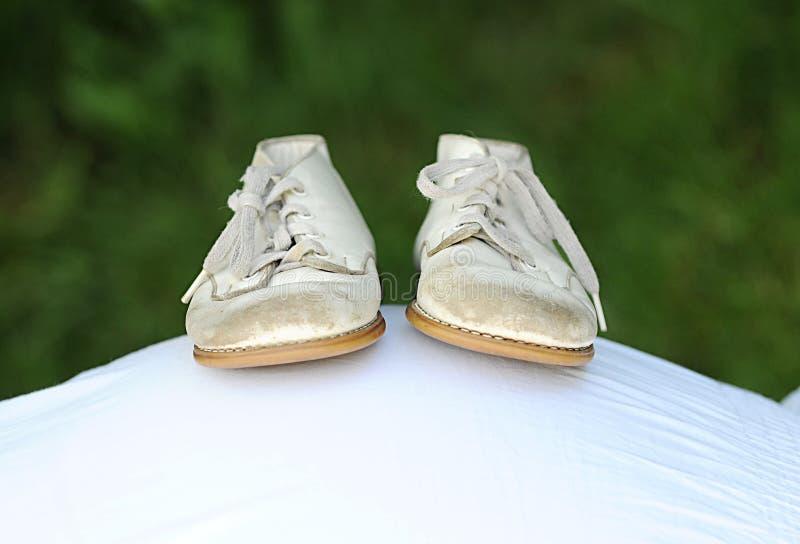 De Schoenen van de baby op buik royalty-vrije stock afbeelding