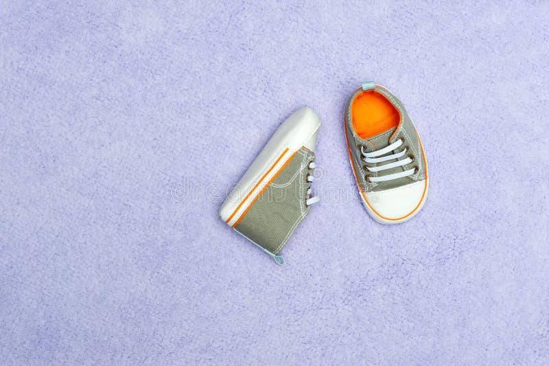 De schoenen van de baby op deken royalty-vrije stock foto