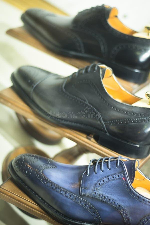 De schoenen van de mensen van de schoenopslag op vertoning royalty-vrije stock afbeeldingen