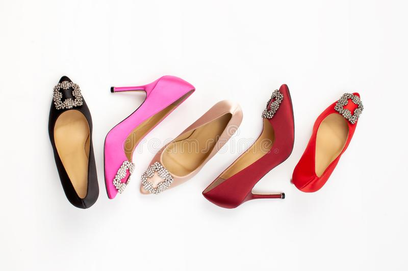De schoenen van gekleurde klassieke vrouwen op witte achtergrond royalty-vrije stock afbeelding