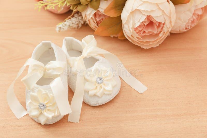 De schoenen van het babymeisje stock fotografie