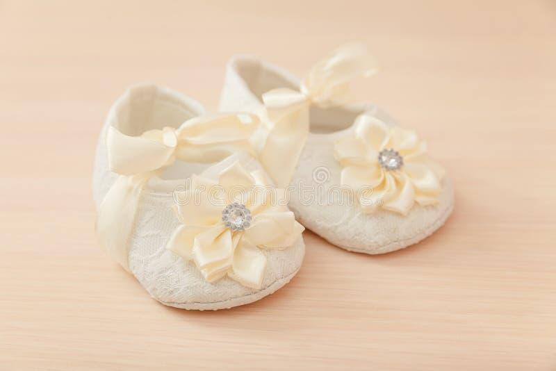 De schoenen van het babymeisje stock afbeeldingen