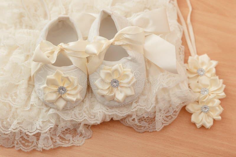 De schoenen van het babymeisje stock foto's