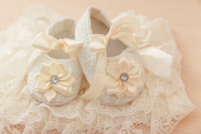 De schoenen van het babymeisje stock afbeelding