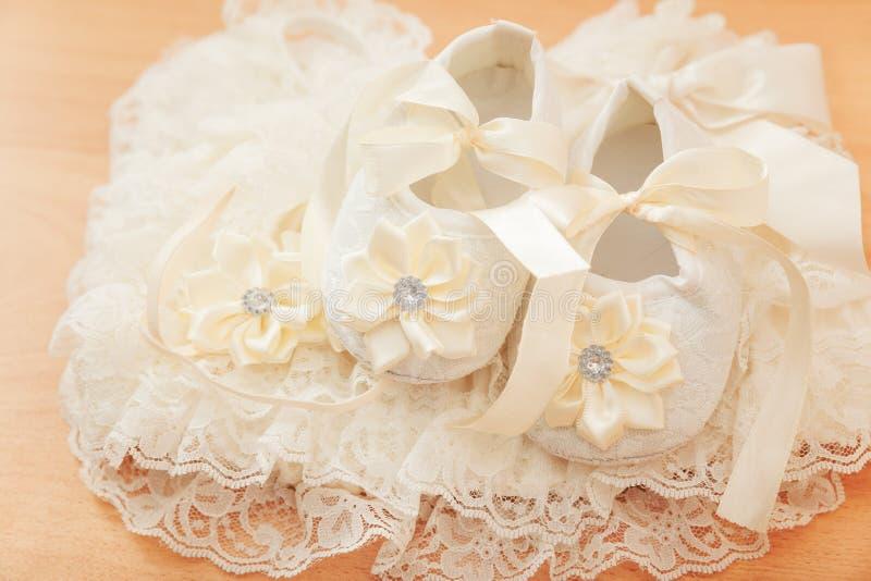 De schoenen van het babymeisje stock foto