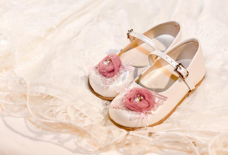 De schoenen van het babymeisje royalty-vrije stock afbeeldingen
