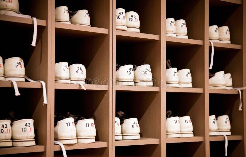 De schoenen van het kegelen op rekken stock foto's