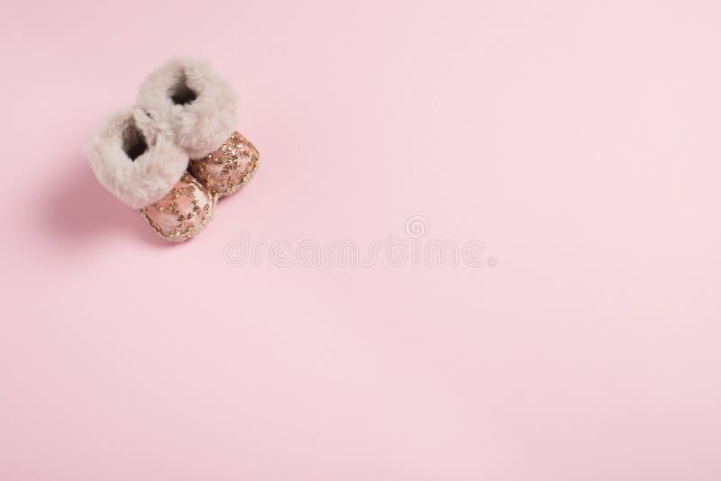 De schoenen van de Kerstmisdecoratie op een roze achtergrond stock afbeelding