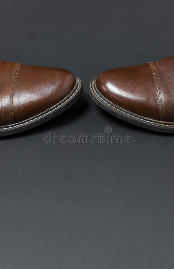 De schoenen van klassieke bruine leermensen op grijze zwarte achtergrond hoogste meningsvlakte leggen met exemplaarruimte Echt ma royalty-vrije stock foto