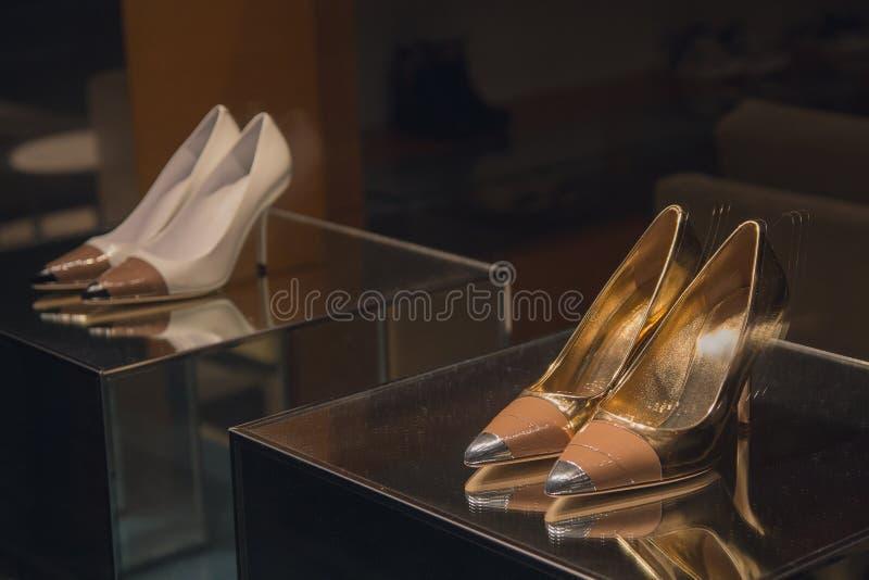 De schoenen van luxevrouwen in een winkelvenster stock foto
