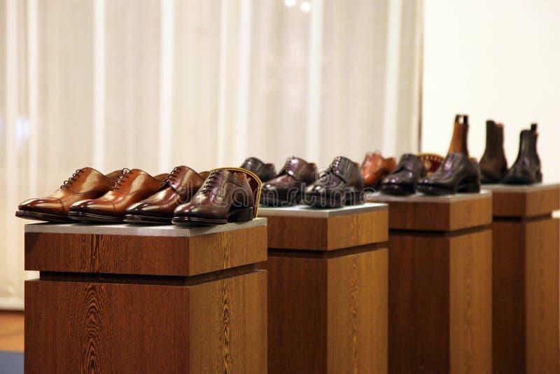 De schoenen van mensen in een opslagvertoning stock foto