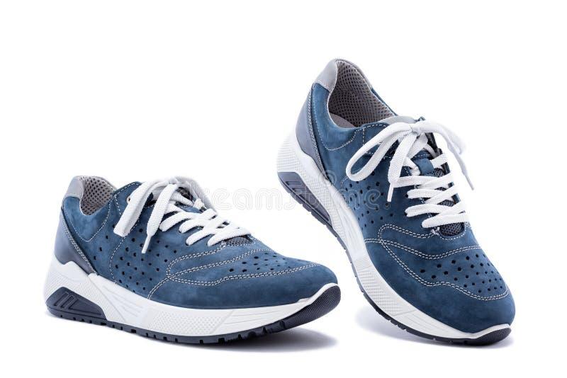 De schoenen van mensen in natuurlijk die nubuckleer op witte achtergrond wordt ge?soleerd stock foto