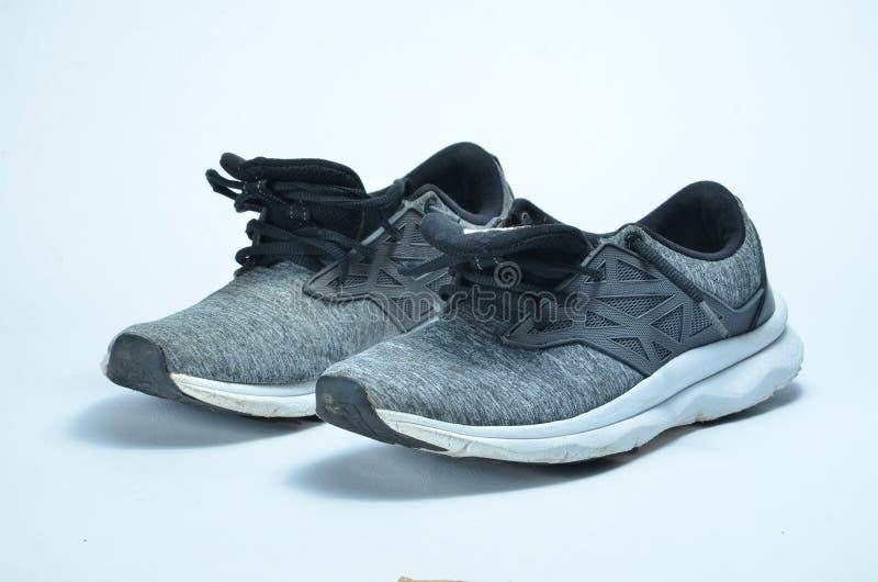 De schoenen van de mensen` s sport Paar sportschoenen, de grijze schoenen van de kleurensport royalty-vrije stock afbeeldingen