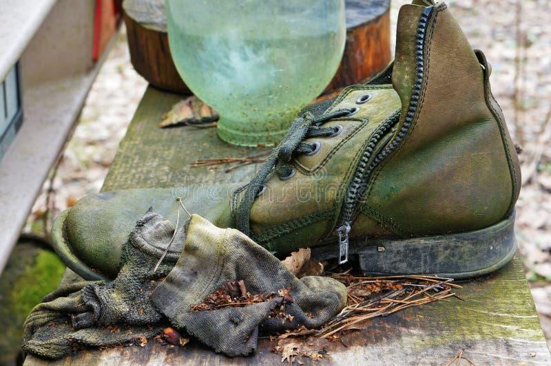 De schoenen van rotte die leermensen met groene vorm worden behandeld royalty-vrije stock afbeeldingen
