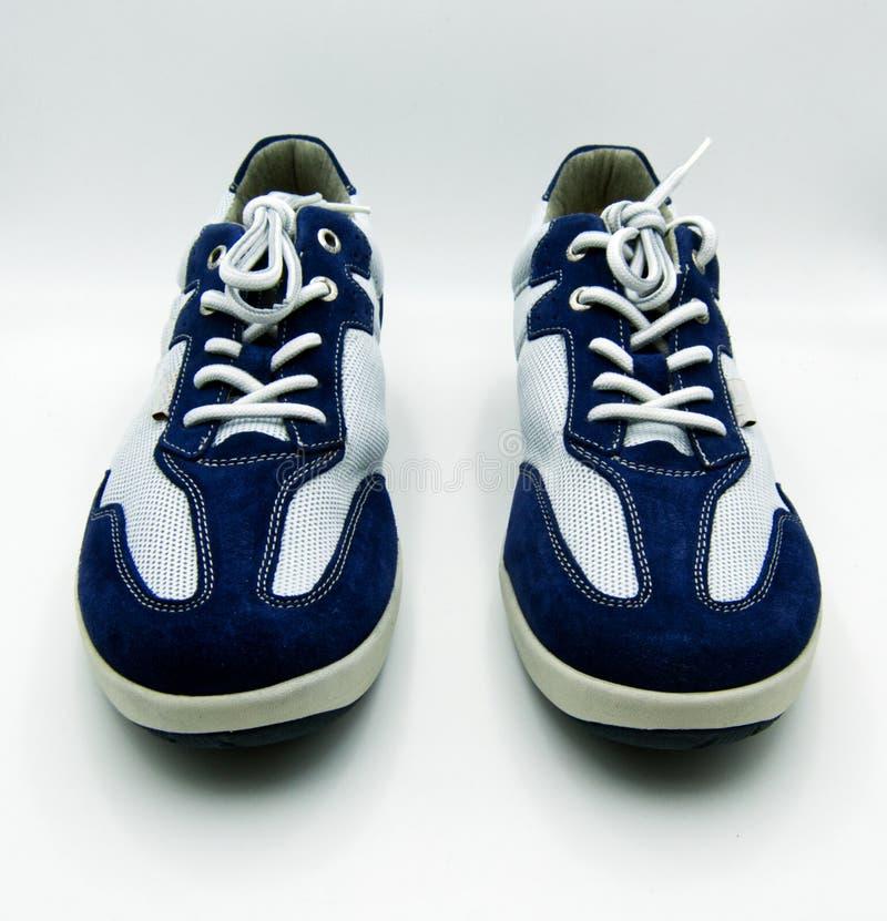 De schoenen van de sport die op witte achtergrond worden ge?soleerdt royalty-vrije stock afbeeldingen