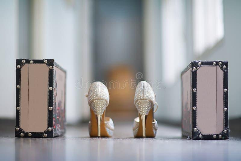 De schoenen van vrouwen met fijne nagel en met schitteren royalty-vrije stock foto
