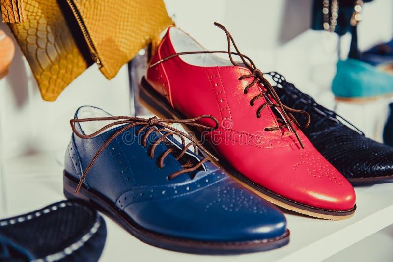 De schoenen van vrouwen op de plank in de winkelverkoop royalty-vrije stock foto