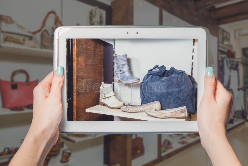 De schoenen van winkelvrouwen online royalty-vrije stock foto