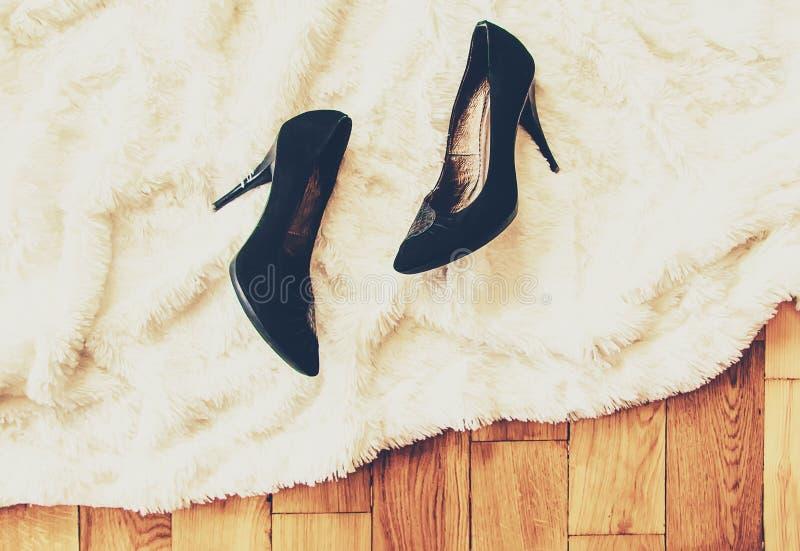 De schoenen verwijderden thuis na het werk De benen zijn vermoeid Selectieve nadruk royalty-vrije stock foto