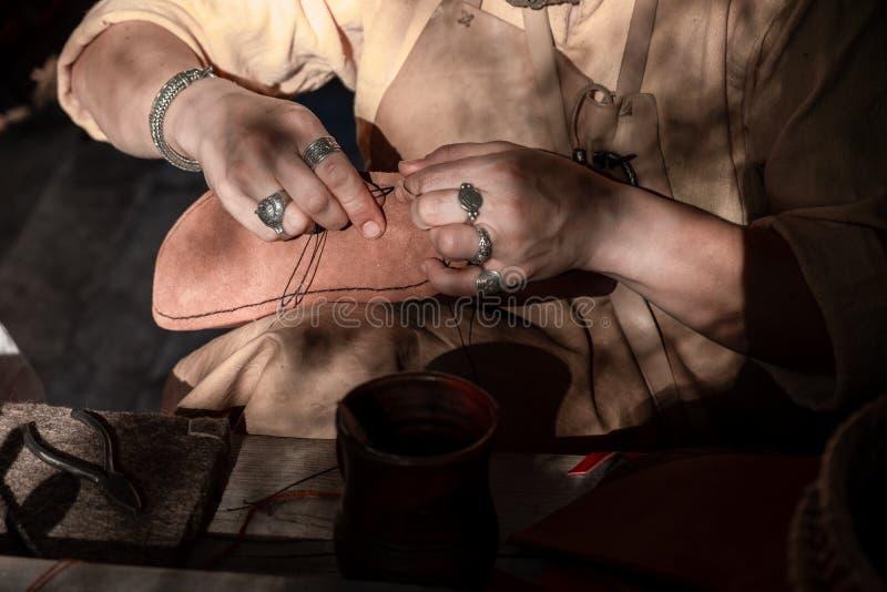 De schoenmeester naait schoenen en leer royalty-vrije stock foto's