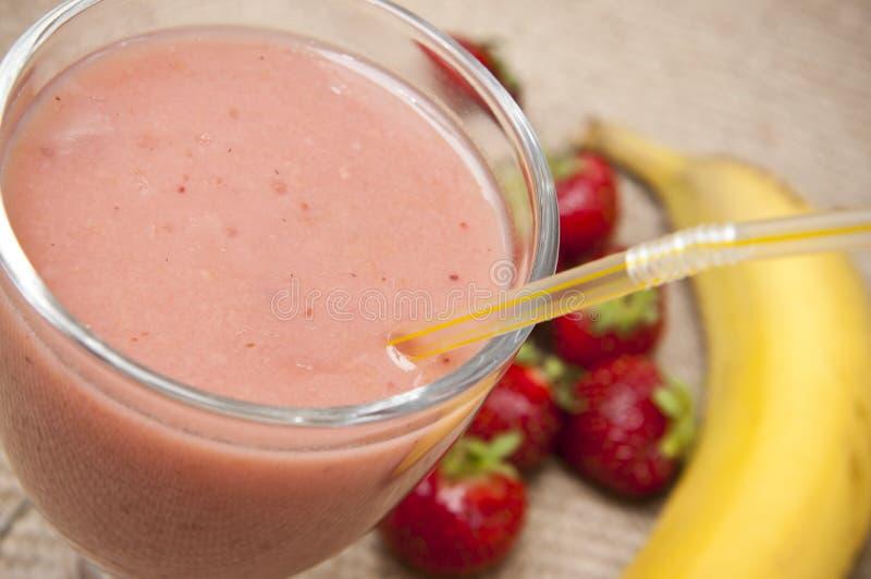 De schok van het fruit met aardbeien en banaan stock fotografie