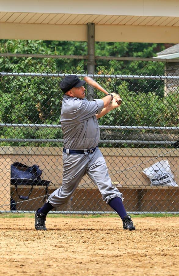De schommeling van de honkbalspeler weg royalty-vrije stock afbeeldingen