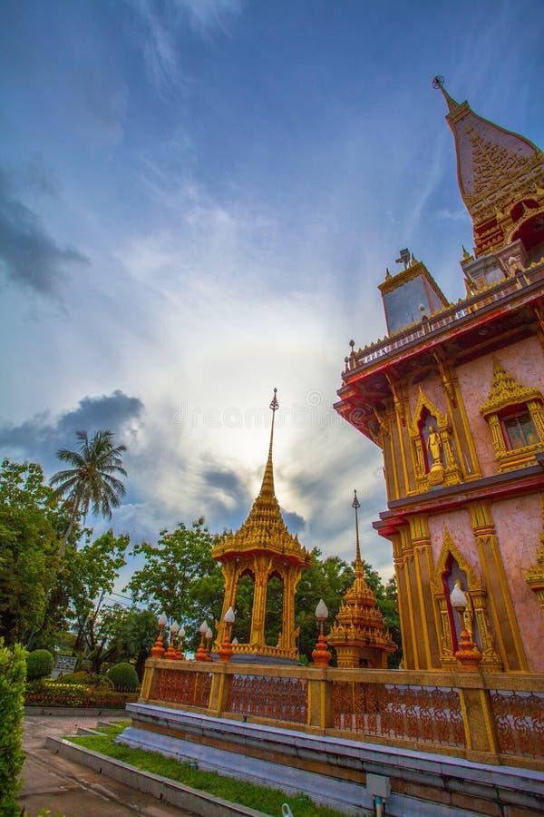 de schommeling van de natuurverschijnselzon in een cirkel boven Chalong-tempel royalty-vrije stock afbeelding